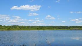 在清楚的蓝色湖上的天空蔚蓝 股票视频