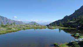 在清楚的蓝色湖上的移动的边和松木在晴朗的夏日 欧洲意大利阿尔卑斯瓦尔d `奥斯塔室外绿色 影视素材