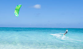 在清楚的蓝色热带盐水湖水,冲绳岛,日本的Kitesurfer 免版税库存图片
