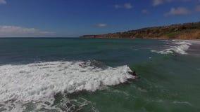 在清楚的蓝色的巨大的白色泡沫似的波浪打开海洋,冲浪在4k天线的海景 影视素材