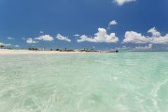 在清楚的水海滩的美好的地平线 免版税库存图片