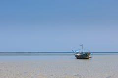在清楚的水的偏僻的渔船 库存图片