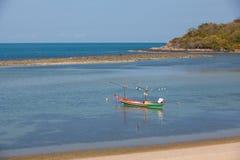 在清楚的水的偏僻的渔船 图库摄影