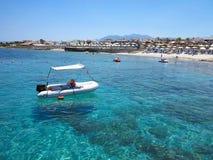 在清楚的水的小船在克利特海岸,希腊 免版税库存图片