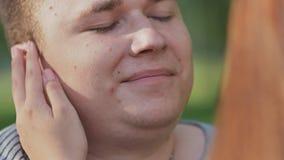 在清洁的浪漫夫妇在夏天 女孩` s手接触头发和她的男朋友的面孔 股票视频