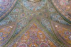 在清真寺与传统艺术品的Nasir ol Molk铺磁砖的墙壁上的波斯样式  库存图片