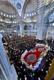 在清真寺会集的穆斯林 免版税库存图片