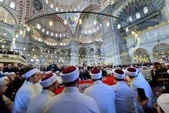 在清真寺会集的穆斯林 库存照片