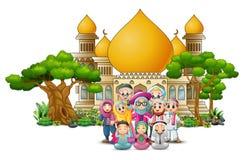 在清真寺前面的愉快的回教家庭 皇族释放例证
