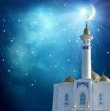 在清真寺的上面的新月形月亮 库存图片
