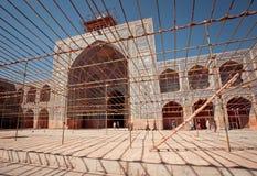 在清真寺的修理工作期间,游人走通过绞刑台 库存图片