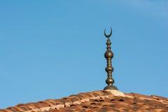 在清真寺的新月形月亮标志 免版税库存照片