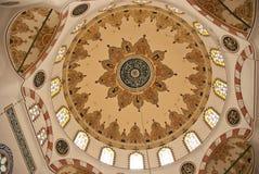 在清真寺里面的圆顶屋顶 免版税库存图片