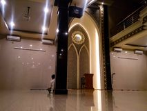 在清真寺里面的大气是很安静的 免版税库存图片