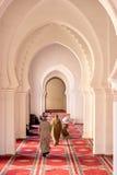 在清真寺里面的祈祷的穆斯林 免版税图库摄影