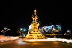 在清莱,泰国的金黄尖沙咀钟楼 库存照片