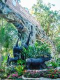 在清迈动物园入口,清迈,泰国前面的动物雕象 免版税图库摄影