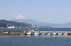 在清水口岸的汽艇与富士山 免版税库存图片