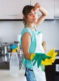 在清洁期间疲倦的妇女在厨房 免版税库存照片