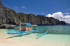 在清水海岛上的小船在El Nido -巴拉望岛,菲律宾附近 免版税图库摄影