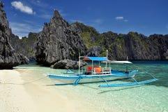 在清水海岛上的小船在El Nido -巴拉望岛,菲律宾附近 图库摄影