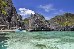 在清水海岛上的小船在El Nido -巴拉望岛,菲律宾附近 库存照片