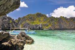 在清水海岛上的小船在El Nido -巴拉望岛,菲律宾附近 免版税库存图片
