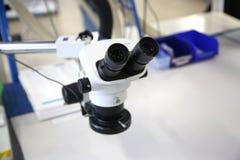 在清洁的房间的显微镜 库存照片