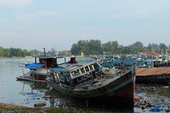 在渔场口岸Sungailiat的残破的渔夫小船 免版税库存图片