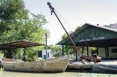在渔场的传统小船 库存照片