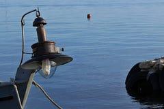 在渔夫小船夜深海捕鱼的老灯安装的 免版税库存照片