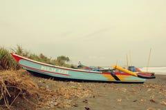 在渔夫村庄Bojongsalawe海滩的传统小船 免版税库存照片