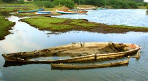 在渔夫的损坏的老小船供以人员海滩 库存照片