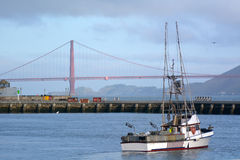 在渔夫码头的渔船反对金门大桥我 免版税图库摄影