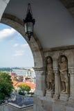 在渔夫`本营的曲拱和一个看法向老大厦、桥梁和多瑙河 库存图片