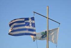 在渔夫` s码头的旗子在格利法扎,雅典, 2017年6月14日的希腊 图库摄影