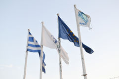 在渔夫` s码头的旗子在格利法扎,雅典, 2017年6月14日的希腊 免版税库存图片