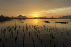 在渔村的日出 免版税库存图片