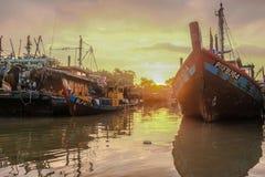 在渔村的渔船有早晨太阳的 免版税库存照片