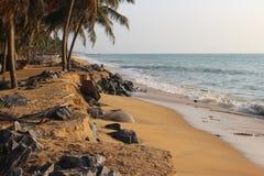 在渔村附近的海滩 免版税库存图片
