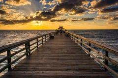 在渔码头的日落在那不勒斯,佛罗里达 免版税库存图片
