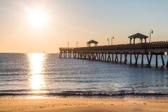 在渔码头的黎明在Buckroe海滩 图库摄影