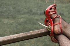 在渔网长袜的性感的腿 免版税库存图片
