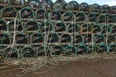 在渔船堆积的龙虾或小龙虾罐 免版税库存照片