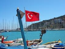 在渔船的土耳其旗子 库存照片