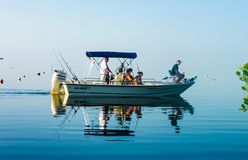 在渔船的家庭在非常海洋混和入天空Cudjoe钥匙大约2010年8月的佛罗里达美国的镇静水 免版税图库摄影