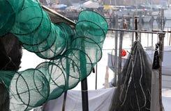 在渔船的捕鱼网在港口 免版税库存图片