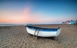 在渔船的日出在Aldeburgh 免版税图库摄影