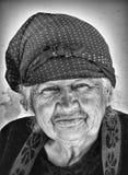 在渠坝阿塞拜疆附近的老妇人 免版税库存照片