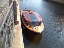 在渠道停泊的小船 库存照片